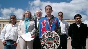 Chief Bob Chamberlin (fremst) fra Kwicksutaineuk Ah-kwa-mish-folket sultesteiket sammen med sju andre høvdinger i British Columbia i 2010,aksjoner mot norsk oppdrett under de olympiske lekene i Vancouver.