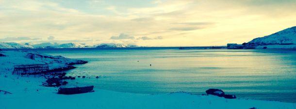 Dyfjord i Laksefjord med Mårøya i bakgrunnen